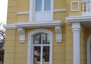 Установка наличников на фасады